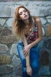 Ung sexig modell som poserar nära den gamla red ut väggen Fotografering för Bildbyråer