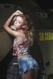 Ung sexig modell som poserar nära den gamla red ut väggen Royaltyfri Fotografi