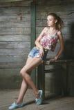 Ung sexig modell som poserar nära den gamla träväggen Arkivfoton