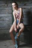 Ung sexig modell som poserar nära den gamla träväggen Royaltyfri Foto