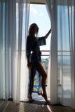 Ung sexig passformblondin i ett hotellrum royaltyfri fotografi