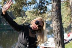 Ung sexig ryssflicka i en parkera med långt blont hår Fotografering för Bildbyråer