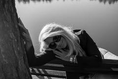 Ung sexig ryssflicka i en parkera med långt blont hår Royaltyfri Fotografi