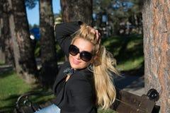 Ung sexig ryssflicka i en parkera med långt blont hår Arkivbilder