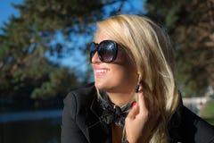 Ung sexig ryssflicka i en parkera med långt blont hår Arkivfoto