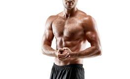 Ung sexig stilig man för stående av den starka kroppen för idrottsman nen` s med den kala torson Posera på vit studiobakgrund Royaltyfri Foto