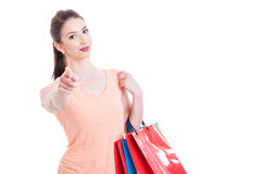 Ung shoppingdam som ser och pekar fingret på kameran Royaltyfria Bilder