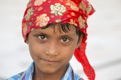Ung sikh- pojke som besöker den guld- templet i Amritsar, Punjab, Indien Arkivfoto