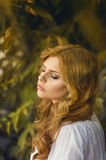 Ung sinnlig blond kvinna fotografering för bildbyråer