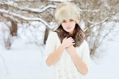 Ung sinnlig flicka i vinter. Härligt posera för brunett som är utomhus- Arkivbild