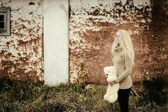 Ung sinnlig flickablondin i blåsig nedgång med leksaken Royaltyfri Bild