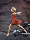 Ung sinnlig kvinna som poserar på den vulkaniska stranden i sommar Arkivbilder