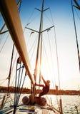 Ung sjöman på segelbåten Fotografering för Bildbyråer