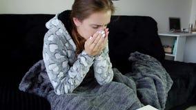 Ung sjuk kvinna som hostar och blåser hennes näsa lager videofilmer