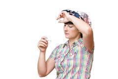 Ung sjuk kvinna som ser en isolerad termometer Royaltyfri Fotografi