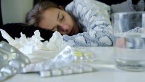 Ung sjuk kvinna som sover på soffan arkivfilmer