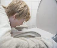 Ung sjuk pojkefeel Arkivfoton