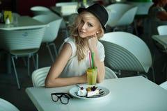 Ung skönhet i en restaurang Royaltyfria Bilder