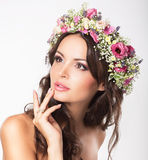 Ung skönhet. Kvinnas framsida med buketten av naturliga blommor Arkivbilder