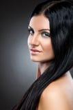 Ung skönhet med långt mörkt hår arkivfoto