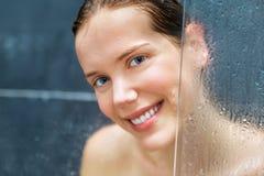 Ung skönhet under dusch Arkivbilder