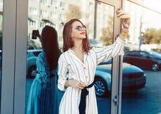 Ung skönhetkvinna att göra selfie för självsmartphonen, utomhus- port arkivbilder