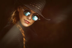 Ung skönhetkvinna i steampunkrundaexponeringsglas royaltyfri bild