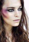 Ung skönhetkvinna med makeup som shineren på framsida arkivbilder