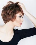 Ung skönhetmodell med kort hår arkivbilder