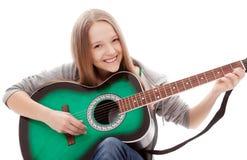 Härlig flicka med gitarren på vitbakgrund arkivfoto