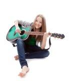 Härlig flicka med gitarren på vitbakgrund royaltyfri foto