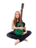 Härlig flicka med gitarren på vitbakgrund arkivbilder