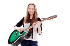 Härlig flicka med gitarren på vitbakgrund arkivbild