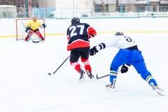 Ung skateboradåkareman i attack Ishockeylek Royaltyfria Bilder