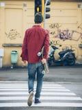 Ung skateboradåkarestående Arkivfoto