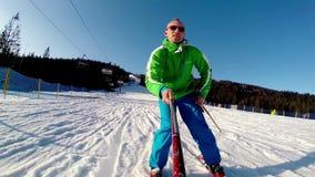Ung skidåkare med onboard kameralängd i fot räknat stock video