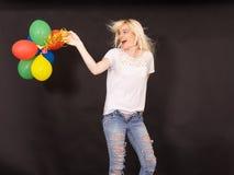 Ung skratta kvinna med färgade flyg- ballonger Royaltyfri Foto
