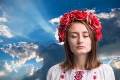 Ung skriande flicka i den ukrainska nationella dräkten Royaltyfria Bilder