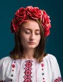 Ung skriande flicka i den ukrainska nationella dräkten Royaltyfria Foton