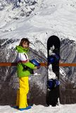 Ung snowboarder med hjälmen i händer och snowboard på viewpoin Royaltyfria Foton