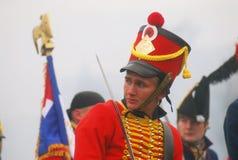 Ung soldat-reenactor i röd likformig royaltyfri fotografi