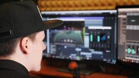 Ung solid producent som skapar den hemmastadda studion för musik Inspelning för solid tekniker och blandning av en hemmastadd ant stock video
