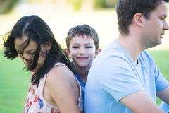 Ung son och föräldrar i spänning och konflikt Royaltyfria Foton