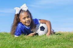 Ung spelare för afrikansk amerikanflickafotboll royaltyfri bild