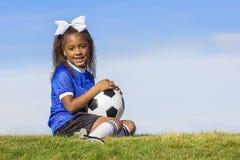 Ung spelare för afrikansk amerikanflickafotboll royaltyfri fotografi