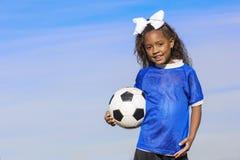 Ung spelare för afrikansk amerikanflickafotboll med kopieringsutrymme arkivfoto