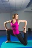 Ung sportig flicka som gör gymnastiska övningar i konditiongrupp Arkivfoto