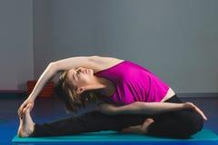 Ung sportig flicka som gör gymnastiska övningar i konditiongrupp Royaltyfri Fotografi