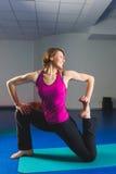 Ung sportig flicka som gör gymnastiska övningar i konditiongrupp Royaltyfri Foto