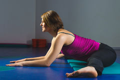 Ung sportig flicka som gör gymnastiska övningar i konditiongrupp Arkivbild